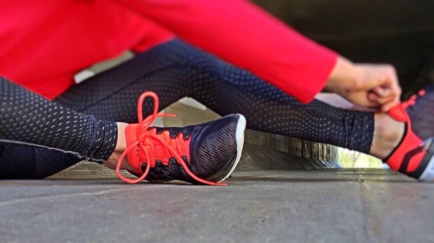 Pessoa se preparando para fazer exercícios físicos, pois eles ajudam a controlar a diabetes descompensada.