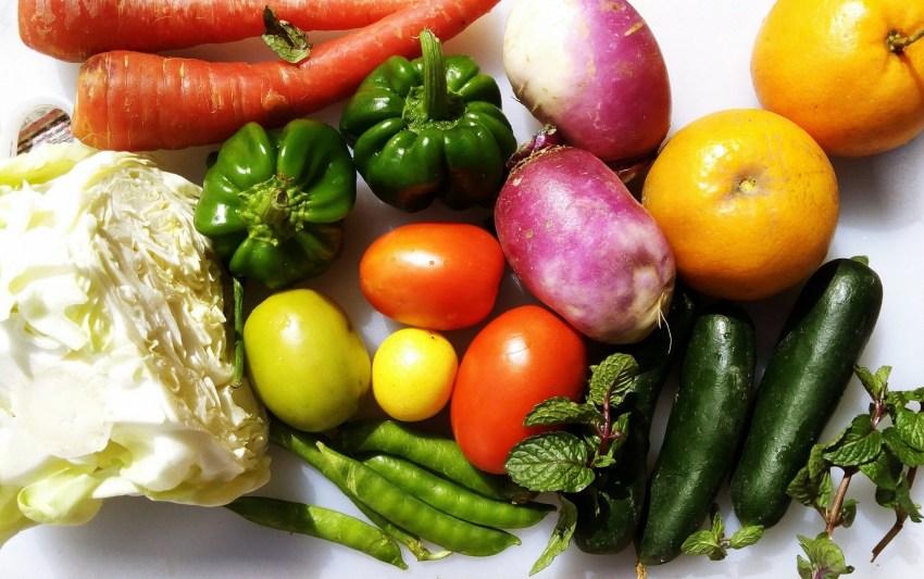 Fotografia de diversos legumes e frutas.