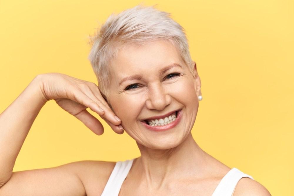 mulher de meia idade sorrindo após realização de peeling