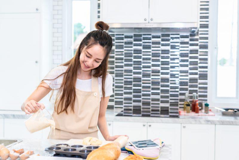 Mencoba Memasak Resep Makanan Terbaru di Rumah