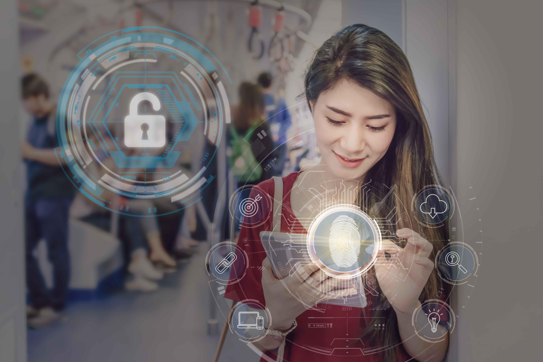 Imagem mostra uma mulher digitando em seu Ipad dentro de um metrô e do Ipad sai uma imagem vetorizada representando biometria