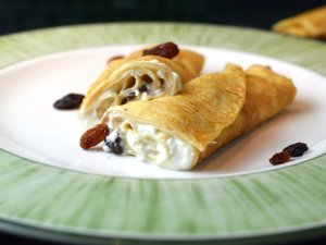 Recipe: Túrós palacsinta – Hungarian cottage cheese crepes with raisins