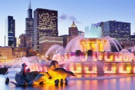 Buckingham Fountain and the Chicago skyline at night (Chicago, Illinois).