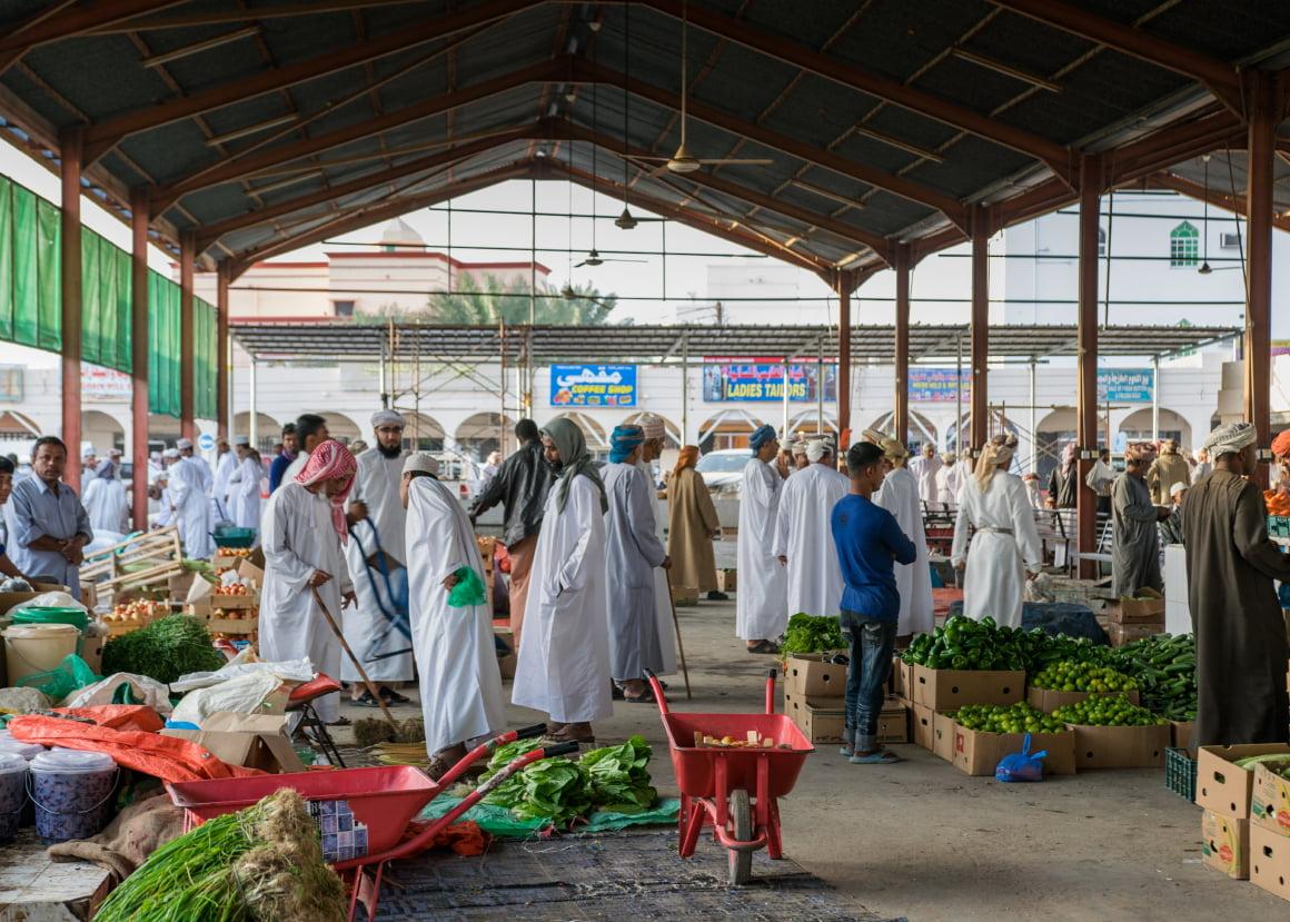 misha szura piwnik-interfoto-omanski targ-omanczycy-warzywa-owoce-hala-targowa