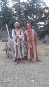 Drengene med deres fine vogn (de havde heldigvis en trillebøre fra det 21. Århundrede til alle stenene)