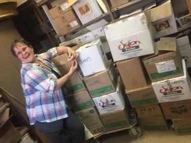 Her ses Jess med en olielampe i hånden. Hun står op ad de 16 kasser, som vi havde pakket i løbet af dagen