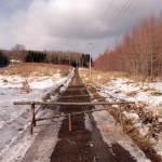 雪解けでぬかるんでいるため道路を閉鎖