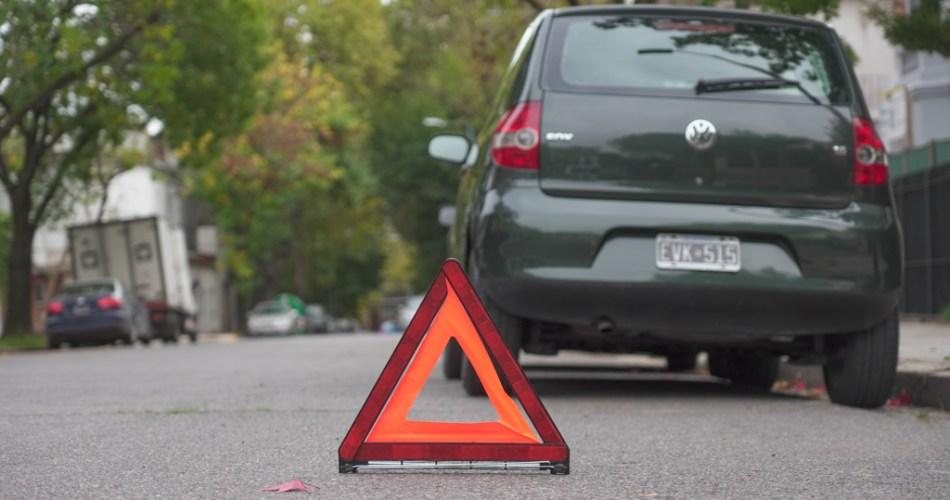 Como poner los triangulos del auto en una emergencia