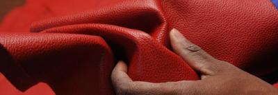 Reconnaître un vrai cuir de qualité. Le toucher