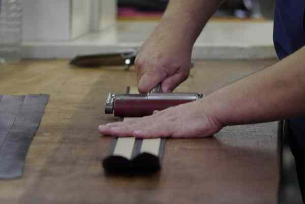 C'est ainsi que l'on met une âme dans une ceinture... Oui la maroquinerie est une discipline très poétique !