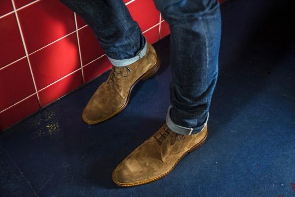 Le cousu blake nous permet d'utiliser une forme légèrement plus effilée et pincée en cambrure pour notre city boot ici dans sa nouvelle version en velours noisette - CLIQUEZ SUR L'IMAGE POUR L'AGRANDIR