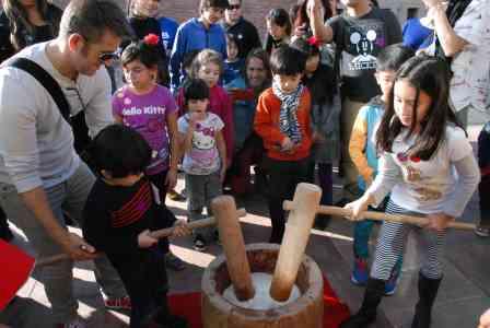 JANM visitors join in on the fun at Oshogatsu 2015. Photo: Richard Watanabe.