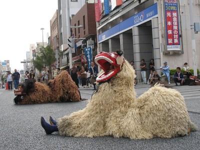 A shiisaa dance on Kukusai Street in Haebaru-cho, Okinawa. Photo by Kenneth Taylor Jr via Flickr.