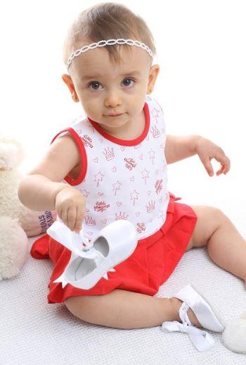 Guarda roupa infantil - bebê menina segurando um sapato