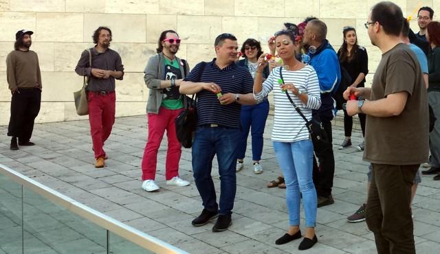 Gerillamarketing akció: buborékokkal az önkény ellen a pécsi Kodály Központnál