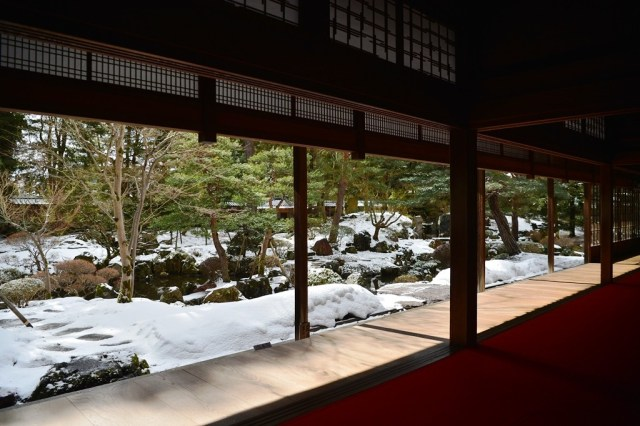 """The landscape garden lies to the south of the main drawing room. It is a """"walking"""" garden laid out in the traditional style of the Kamakura and Muromachi periods(11th - 13th century)."""