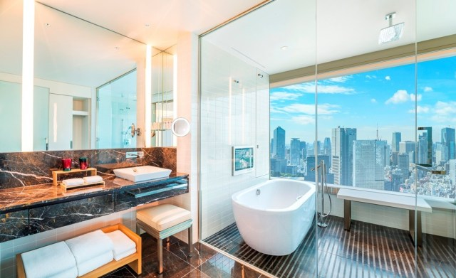 Grand Deluxe Corner Bathroom