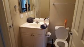 Notre salle de bain, la porte à gauche mène dans ma chambre