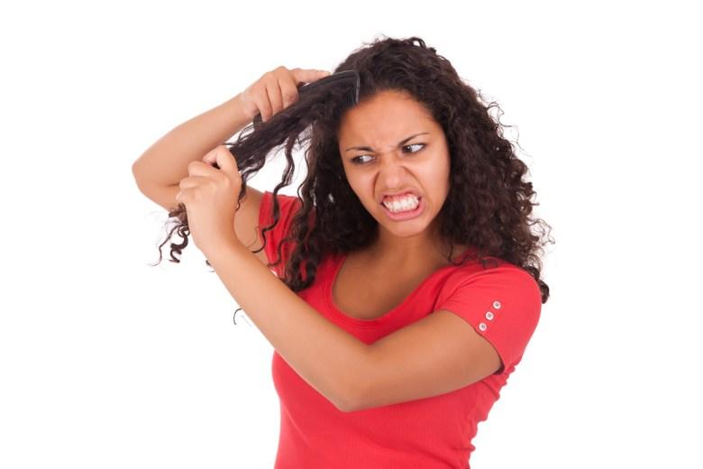 Femme, peine, peigner, cheveux