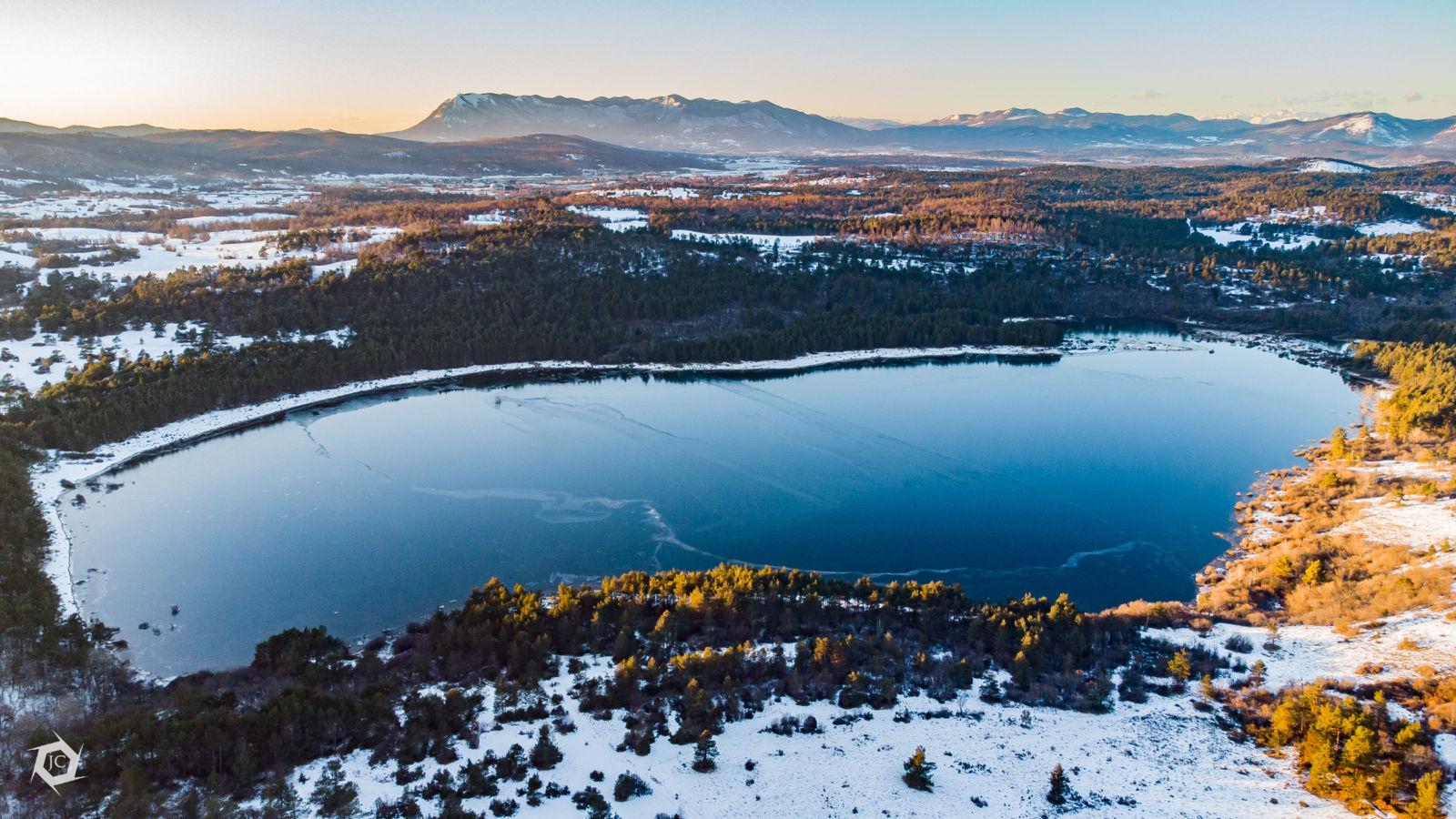 Polno, zaledenelo Petelinjsko jezero iz zraka