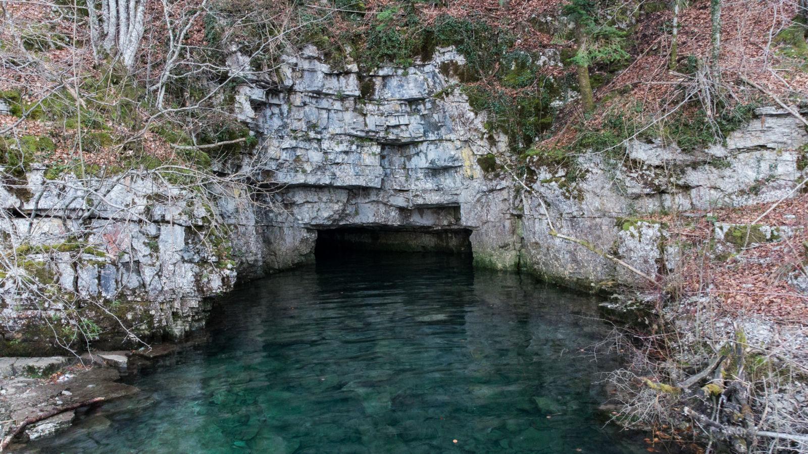 Vhod v jamo Suhadolico ob visokem vodostaju