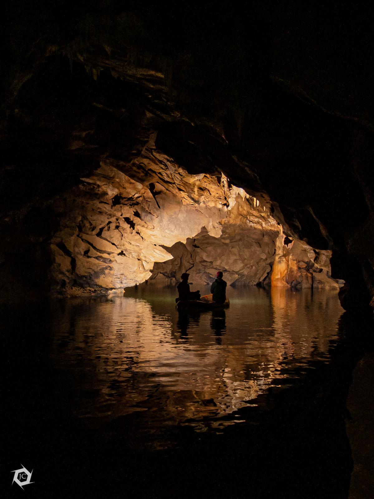 Čolnarjenje v Zelških jamah