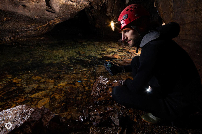 Matej Blatnik med meritvami v jami