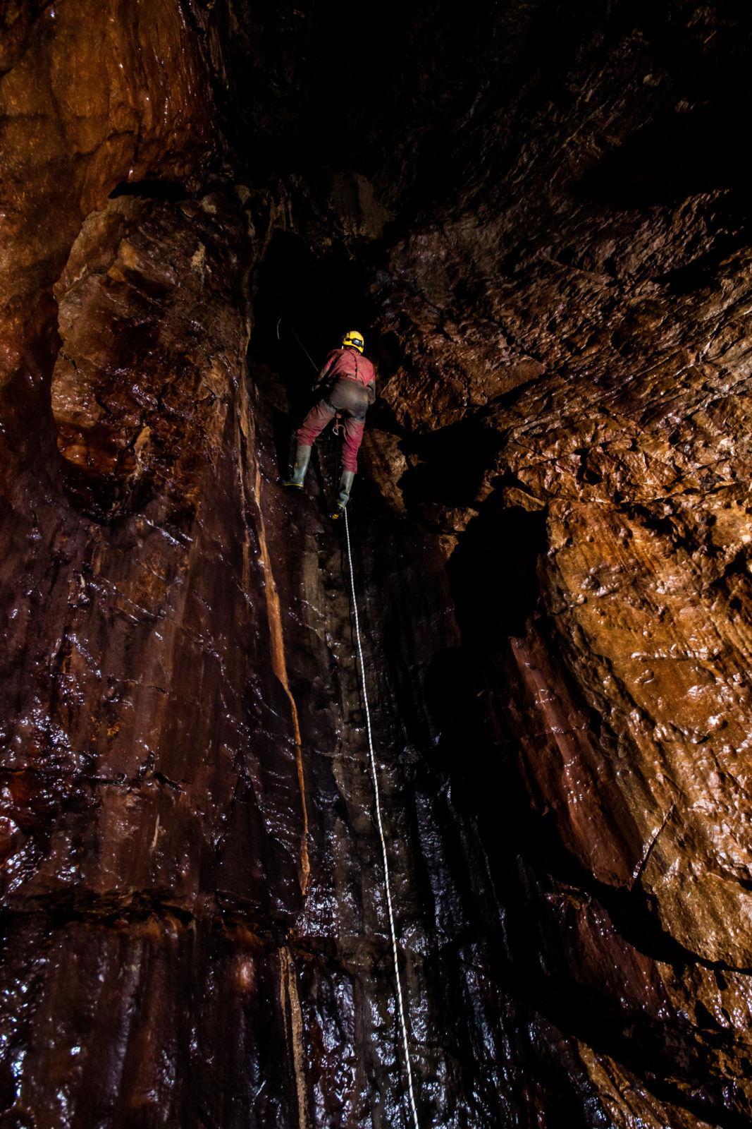 Cyril na vrvi v Ocizeljski jami