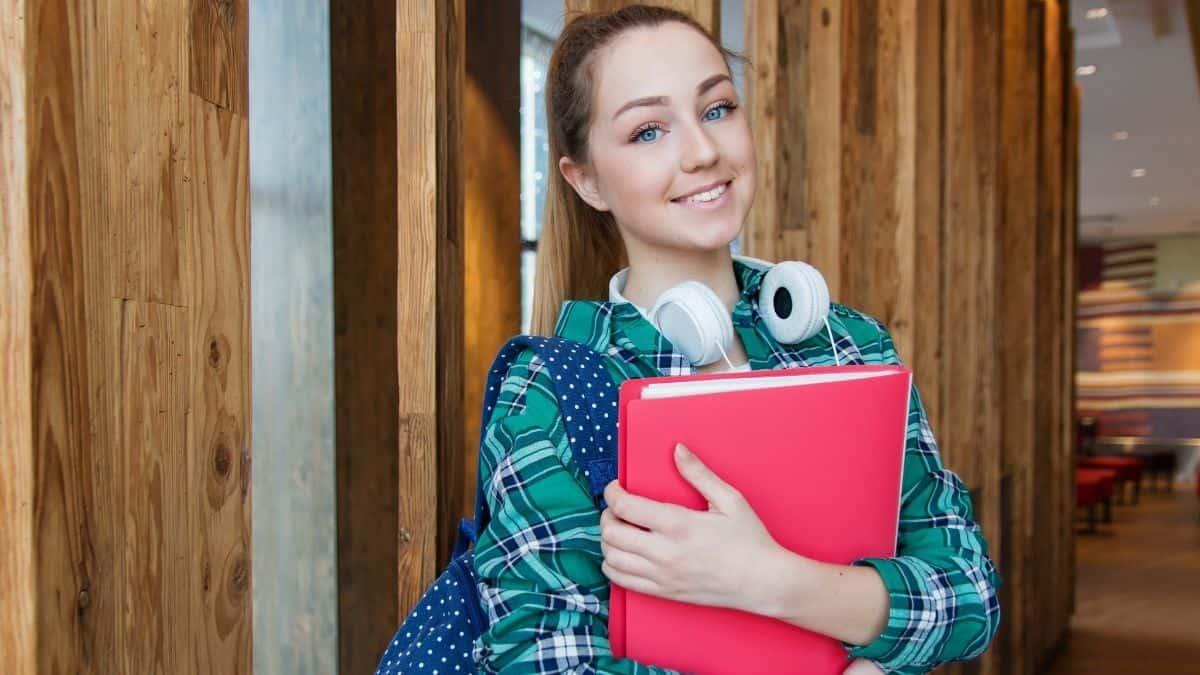 Manfaat & Contoh Kartu Nama Pelajar yang Bisa Didapatkan Siswa & Sekolah