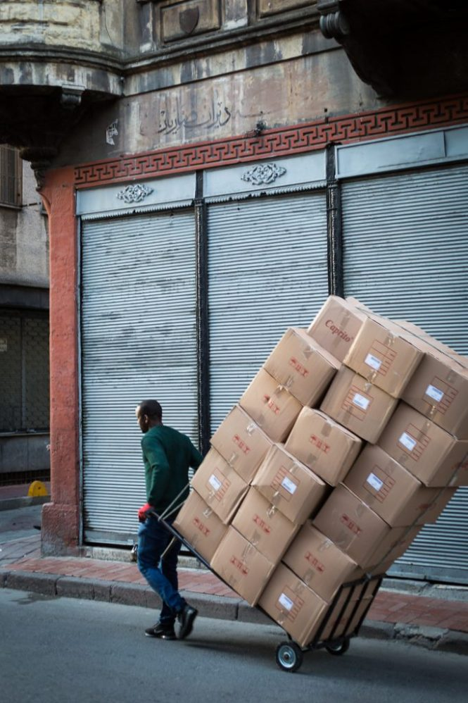 Man carting boxes for an article on Istanbul street photos