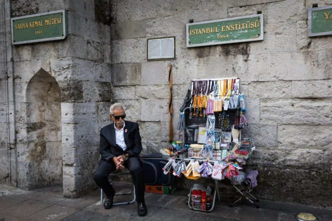 Man selling souvenirs for an article on Istanbul street photos