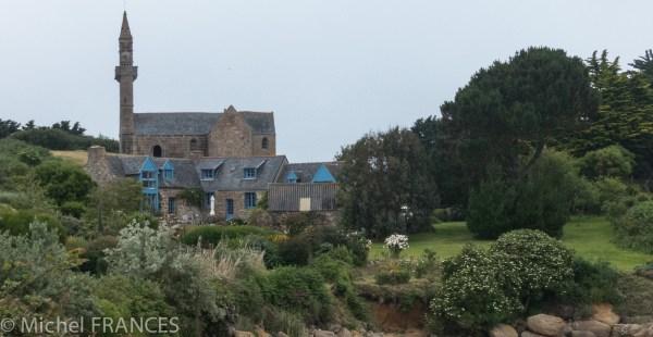 Au sommet de l'île, la chapelle ND de Callot domine tout le paysage