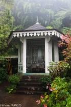 Un kiosque sous la pluie