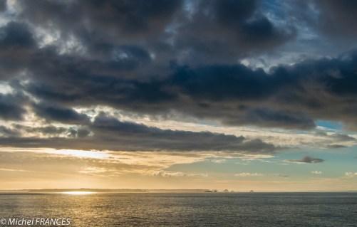 Lever de soleil sur la presqu'île de Crozon à l'horizon