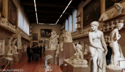 Dans la salle des statues de plâtre du XIXe siècle servant à l'étude