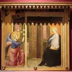 Maestro della Madonna Straus : L'Annonciation (le tableau, le petit auvent et l'éclairage vont bien ensemble !)