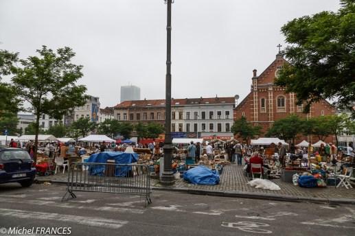 Le marché aux puces de la place du Jeu de Balles