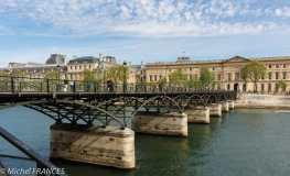 Mais les couleurs naturelles des bords de Seine sont aussi éclaboussantes : passerelle des Arts devant le Louvre