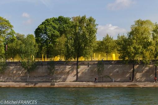 Les color runners passent dans le jaune en sortant du tunnel des Tuileries