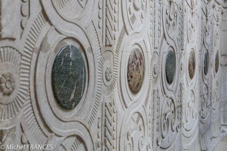 Au centre des panneaux, des médaillons de marbre