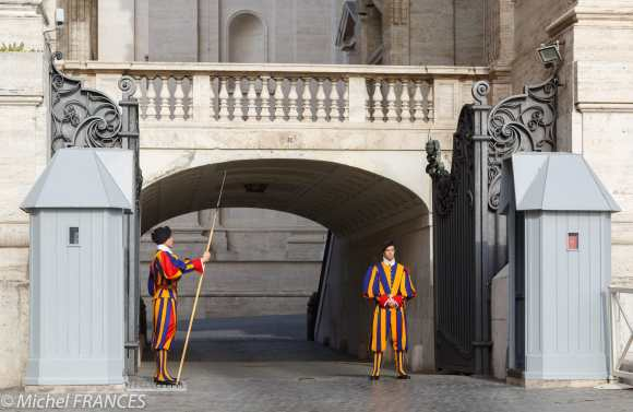 Deux gardes suisses en grande tenue