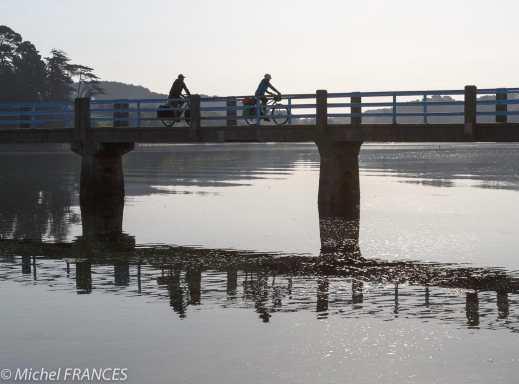 Longtemps, il fallut attendre que la mer se retire pour passer sur l'autre rive. Deux fois par jour, le voyageur pouvait emprunter la chaussée de pierres qui le menait jusqu'à la rive d'en face. S'il était pressé et que la marée était haute, il devait contourner la ria : un détour de plusieurs kilomètres. En 1864, les Ponts et Chaussées instaurent un service de bac : le propriétaire d'un canot s'installe à son compte moyennant une redevance. Toute l'année, par tous les temps, il ou elle - certains passeurs étaient des passeuses ! - godille d'une rive à l'autre. Ils arrêtent leur activité avec la guerre. Pendant la guerre, les Allemands construisent une passerelle en bois afin de faciliter le passage de leurs troupes du Conquet à Kermorvan et aux BlancsSablons, Au gré des marées sur la chaussée de pierres. Deux fois par jour, le voyageur pouvait emprunter la chaussée de pierres qui le menait jusqu'à la rive d'en face. S'il était pressé et que la marée était haute, il devait contourner la ria : un détour de plusieurs kilomètres. Le bac du Croaë : En 1864, les Ponts et Chaussées instaurent un service de bac : le propriétaire d'un canot s'installe à son compte moyennant une redevance. Toute l'année, par tous les temps, il ou elle - certains passeurs étaient des passeuses ! - godille d'une rive à l'autre. Ils arrêtent leur activité avec la guerre. Du pont des Allemands... Les Allemands construisent une en bois afin de faciliter le passage de leurs troupes du Conquet à Kermorvan et aux BlancsSablons, … à la passerelle d'aujourd'hui la passerelle actuelle avec son pont-bascule, date de 1950 Cinq siècles de construction navale Dès l'an 1500, on construit ici les nefs, les caravelles, les barques, les brigantins, les goélettes et autres sloups pour des capitaines marchands. Jusqu'en 1992, les chantiers du Croaë continuent à produire des coques en bois armées à la pêche et à la plaisance.