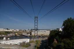 Un téléphérique relie les deux rives, au-dessus des installations de la Royale