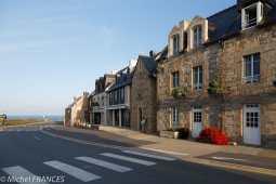 Ce pâté de maisons est en fait l'Hostellerie de la Pointe Saint-Mathieu