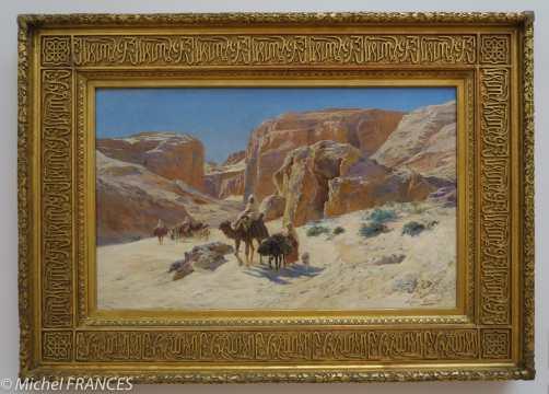 Eugène GIRARDET - Dans des paysages de dunes et de désert, Girardet saisit les scènes de la vie quotidienne : une caravane qui passe, un groupe de nomades qui campent ou lavent leur linge dans un point d'eau. Les dromadaires et les chevaux arabes précisément décrits contribuent à la couleur locale. La clarté de la touche et l'équilibre des compositions caractérisent la peinture de Girardet. Les tons d'un ocre acidulé et les blancs cassés rendent parfaitement la sensation de chaleur écrasante. Le réalisme du décor n'en est que plus frappant. Girardet, formé par Jean-Léon Gérôme, devint lui aussi un grand peintre orientaliste. Il connaît de nombreux succès aux Salons de Paris dans les années 1880.