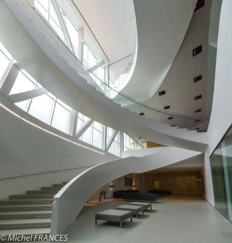 À Québec, dans le musée national des beaux-arts, l'escalier du bâtiment abritant les collections d'art contemporains.