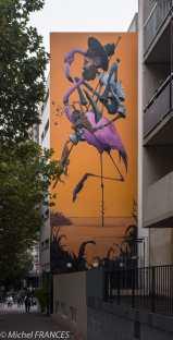 Maye vient de terminer sa première fresque à Paris dans le cadre du projet Street Art 13. Depuis cet immeuble du 131 boulevard Vincent Auriol, l'artiste nous fait voyager dans sa région : la Camargue.