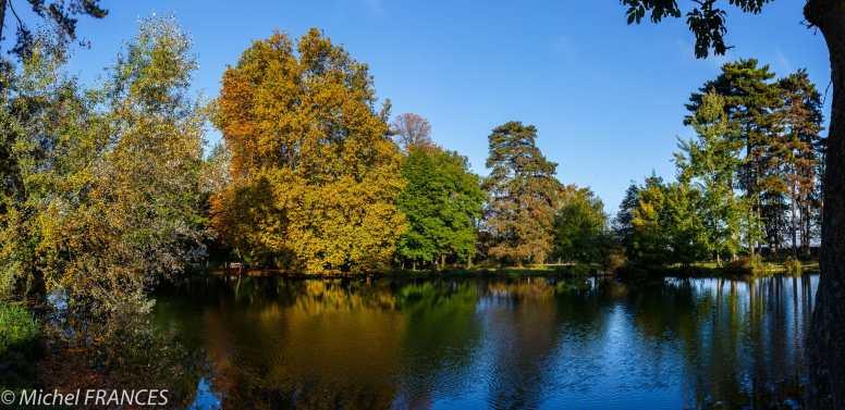 Le lac de Gravelle au bois de Vincennes- L'automne