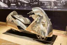 Une carrosserie en aluminium pour un scooter par Valentin Lallemand sous la direction de Hubert Haberbusch (Grand est)