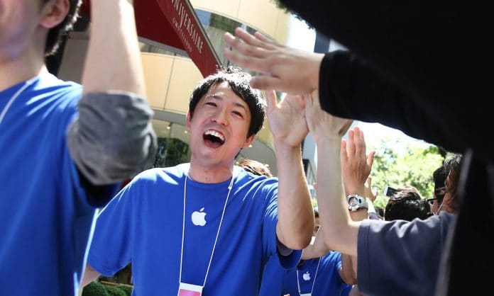Apple-high-five-696×418